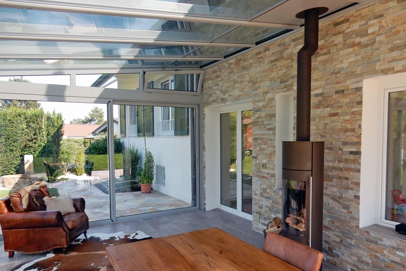 veranda avec poele a bois de piliers en pires de parement avec palissade en bardage bois et. Black Bedroom Furniture Sets. Home Design Ideas